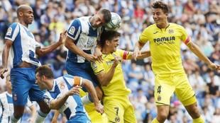 Calleri se dispone a rematar, durante el partido contra el Villarreal.