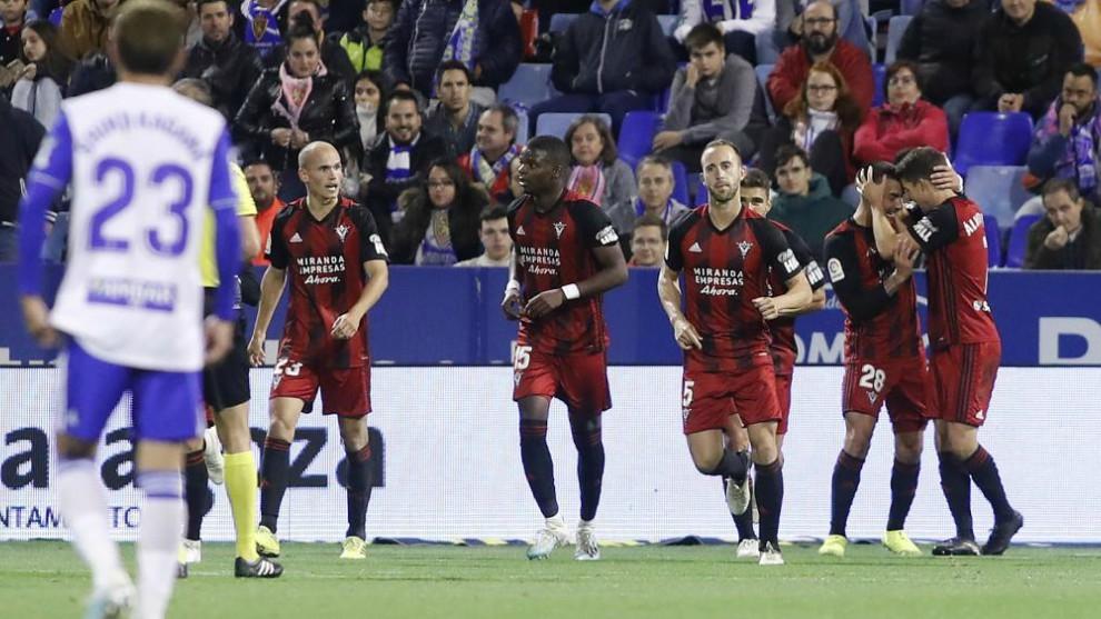 Los jugadores del Mirandés celebran un gol ante la desesperación...