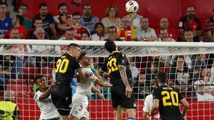Sergi Gómez defiende un balón aéreo en el Sevilla-APOEL.