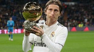 Modric ofrece el Balón de Oro al Bernabéu.