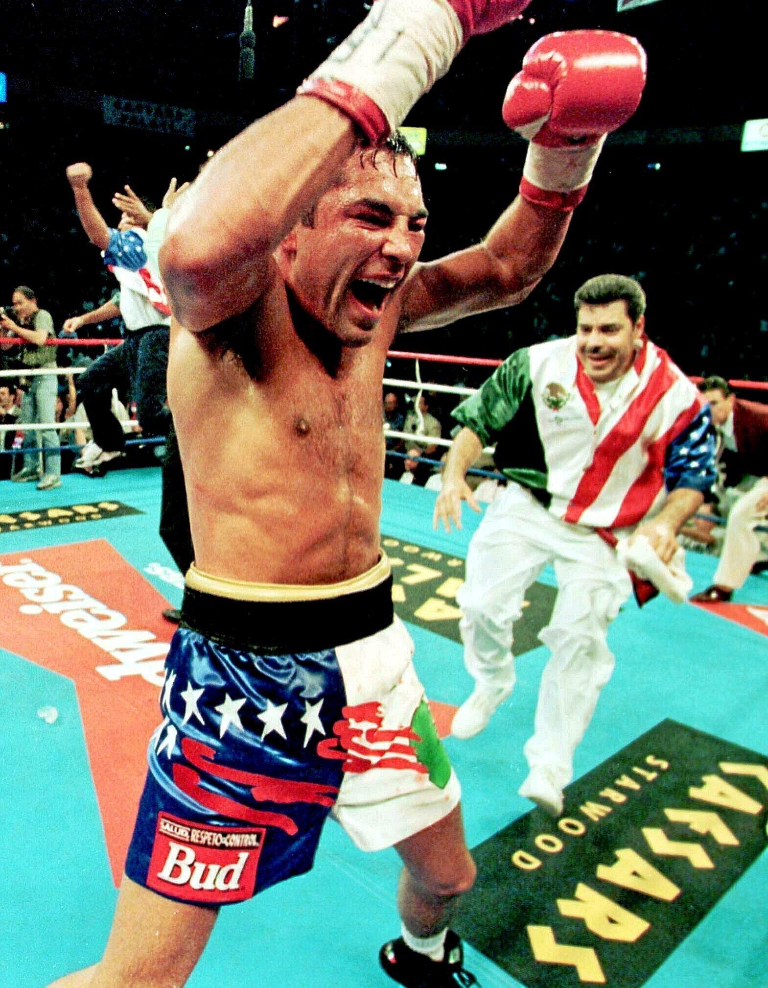 Óscar de la Hoya en 1998 tras ganar a Chaves