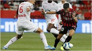 Youcef Atal trata de superar a José Fonte, del Lille.