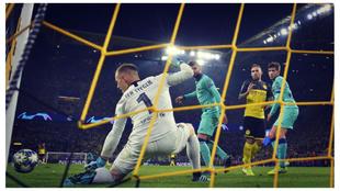 Ter Stegen detiene un remate en el Borussia Dortmund - Barcelona de la...