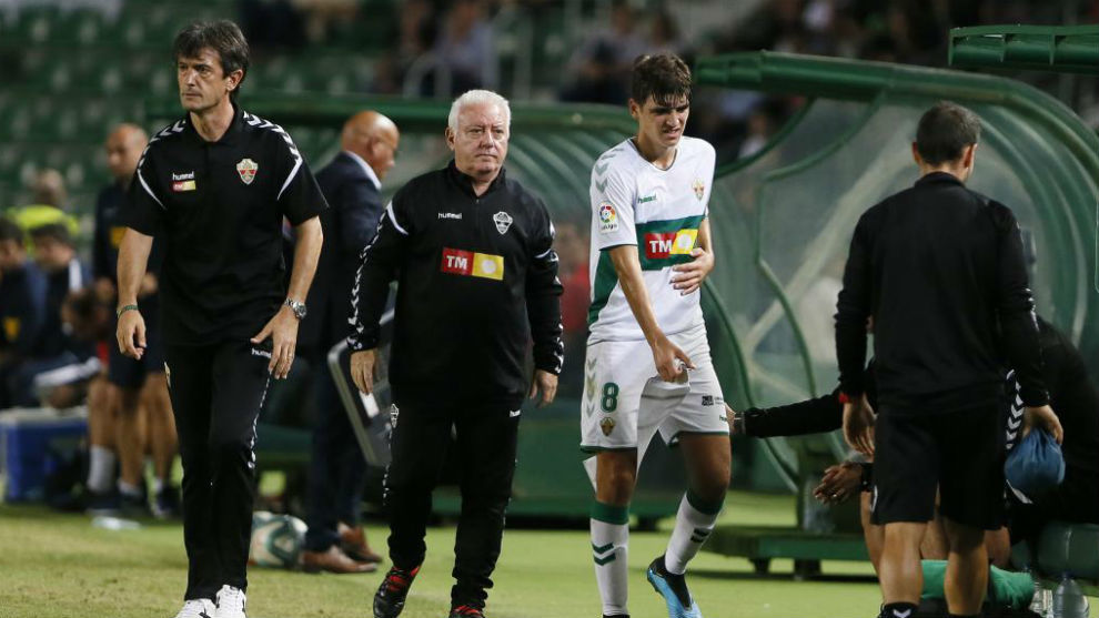 Gonzalo Villar abandona el campo con la mano en el costado por detrás...
