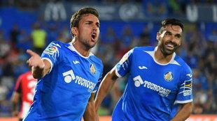 Enric Gallego celebra un gol de Mata.