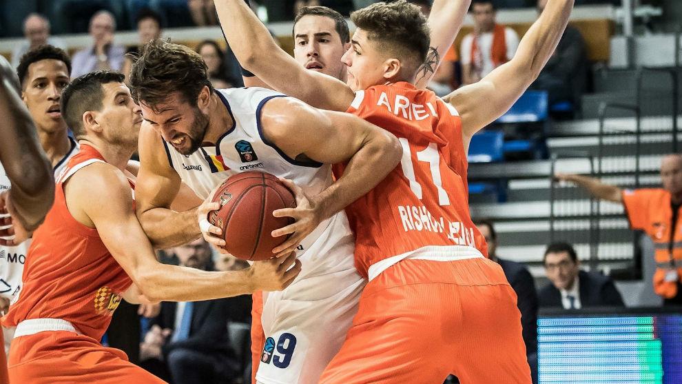 Nacho Llovet intenta hacerse hueco entre dos rivales del Maccabi...