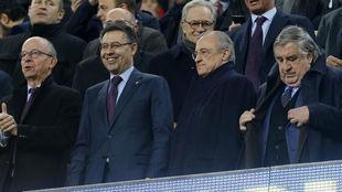 Florentino Pérez y Josep María Bartomeu, en el palco durante un...
