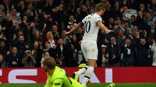 Kane celebra uno de sus dos goles al Estrella Roja