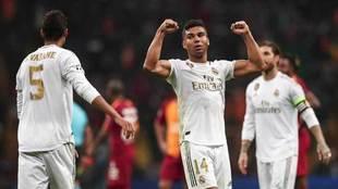 Casemiro levanta los brazos para celebrar la victoria.