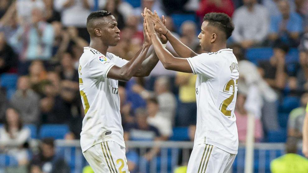 Vinícius y Rodrygo se saludan durante un partido en el Bernabéu.