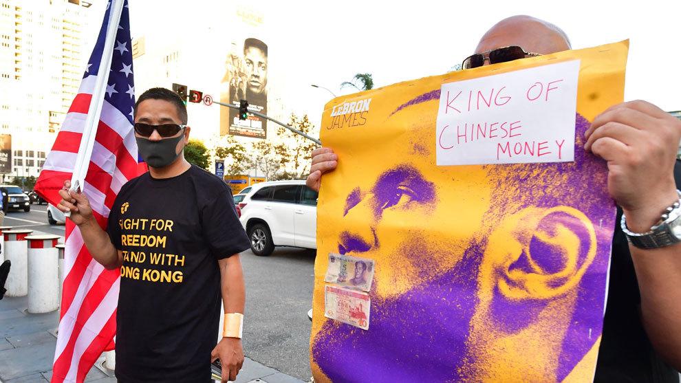 Aficionados de la NBA se manifiestan a favor de Hong Kong y en contra...