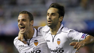 Jonas y Soldado celebran el gol del brasileño en Mestalla.