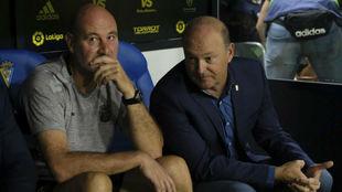 Pepe Mel junto a Roberto Ríos en el banquillo visitante del Carranza