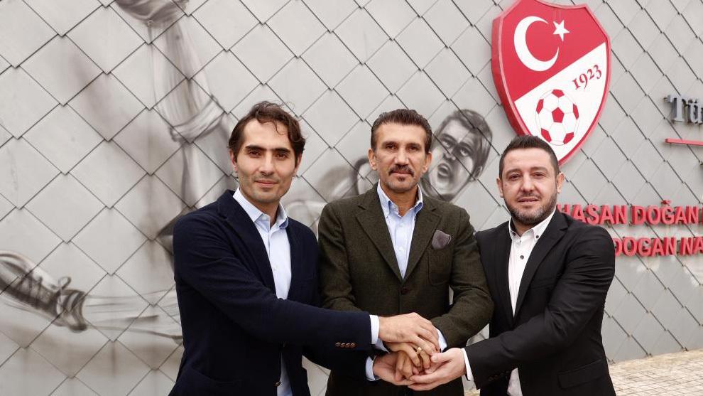 Altintop, Nihat y Rustu en las instalaciones de la Federación turca...