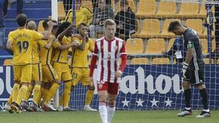 Los jugadores celebran el gol que marcó Stoichkov al Almería en su...