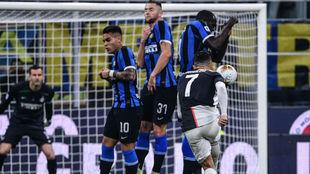 Cristiano Ronaldo (34) tira una falta en el partido de la Juventus...