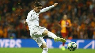 Valverde golpea el balón en el partido frente al Galatasaray.