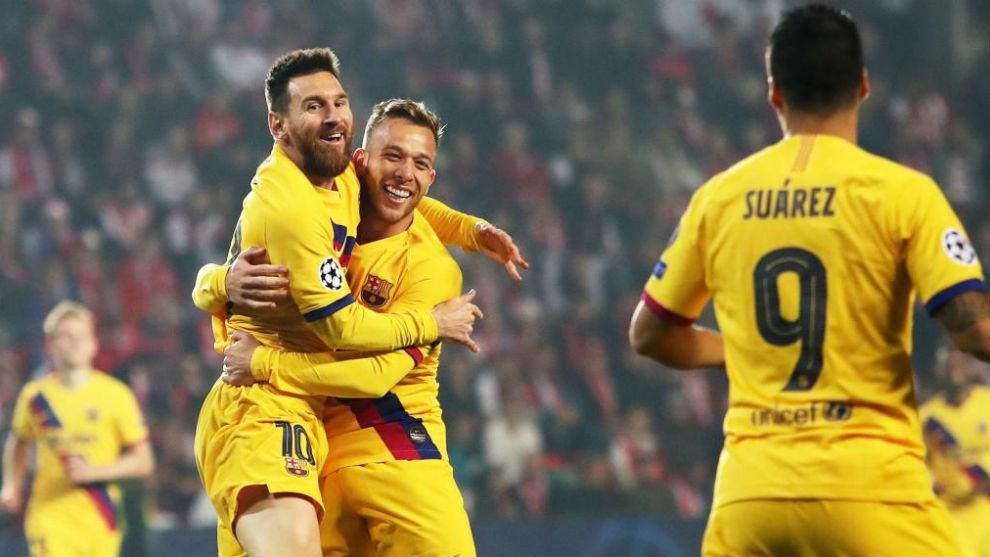 Leo Messi celebra con Arthur el que fue su primer gol en Champions...