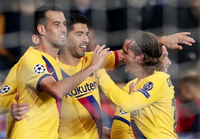 Suárez celebra el gol que no marcó.