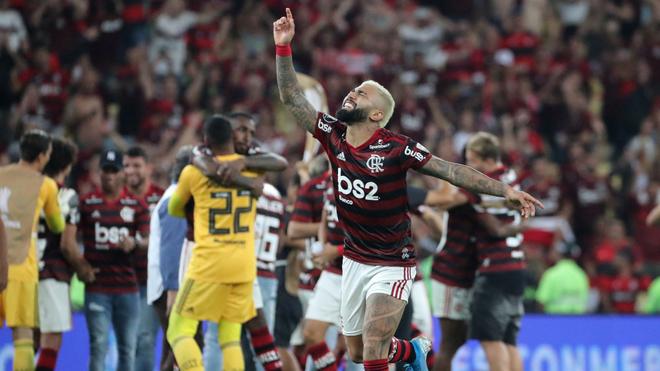 Gabriel Barbosa celebrando la victoria al final del partido.