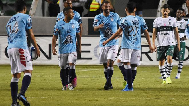 Pachuca celebrando un gol ante el Zacatepec.