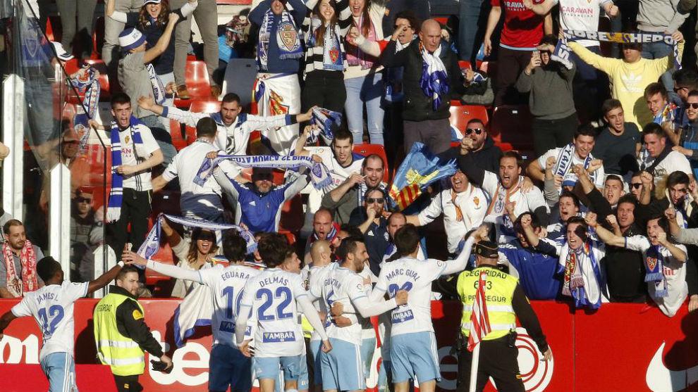 Los jugadores del Zaragoza celebran su triunfo en El Molinón de la...