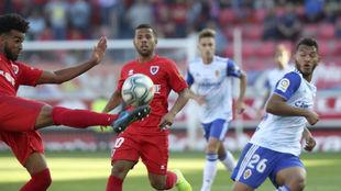 Erik Osede despeja un balón ante Luis Suárez en el partido ante el...