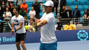 Djokovic y Nadal pelotean con los niños