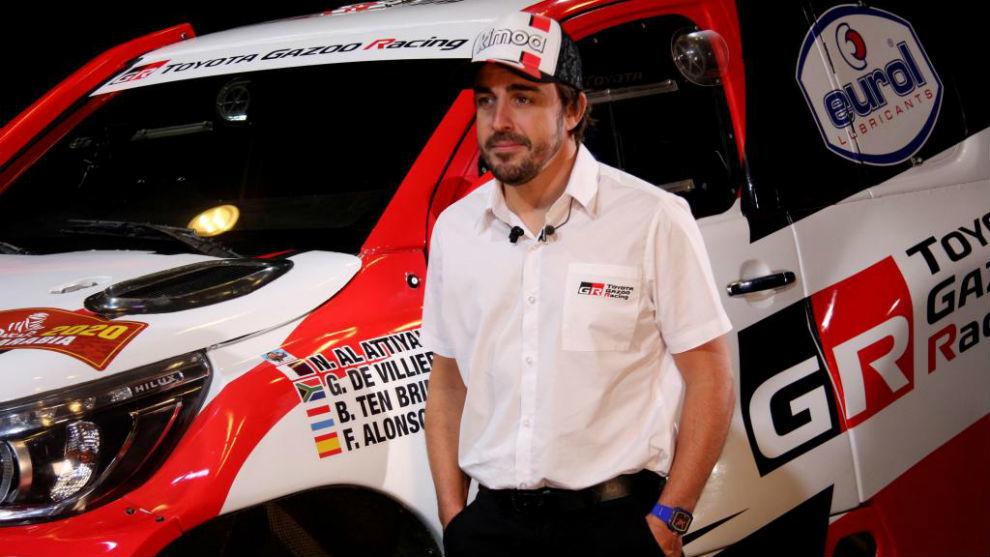 Alonso, junto a su nuevo coche para el Dakar, en la presentación.