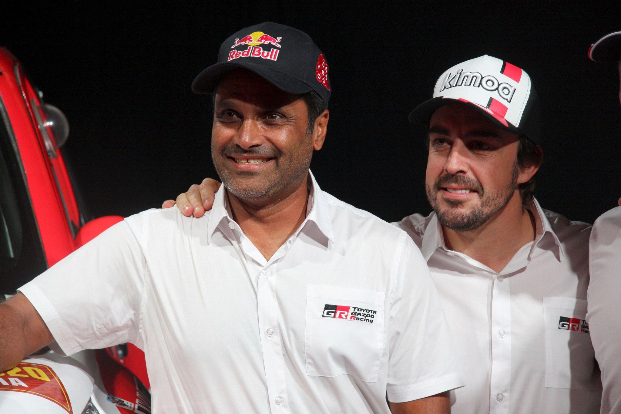 GRAF6292. VILA-SECA/SALOU (TARRAGONA), 24/10/2019.- El piloto español Fernando <HIT>Alonso</HIT> (d) junto al también piloto catarí Nasser Al Attiyah (i) ,ambos del equipo Toyota Gazoo Racing, durante una rueda de prensa celebrada este jueves en el Centro de Convenciones de Port Aventura, en la que ha anunciado que participará en la edición 2020 del rally Dakar, que se disputará por primera vez en Arabia Saudí, y en la que contará con el cinco veces ganador de la prueba en motos Marc Coma ejerciendo de copiloto. EFE/ Carlos Mateos