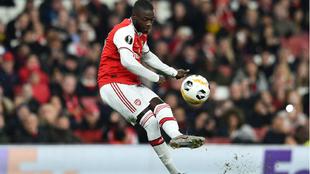 Pépé lanza a portería para marcar uno de sus dos goles al Arsenal