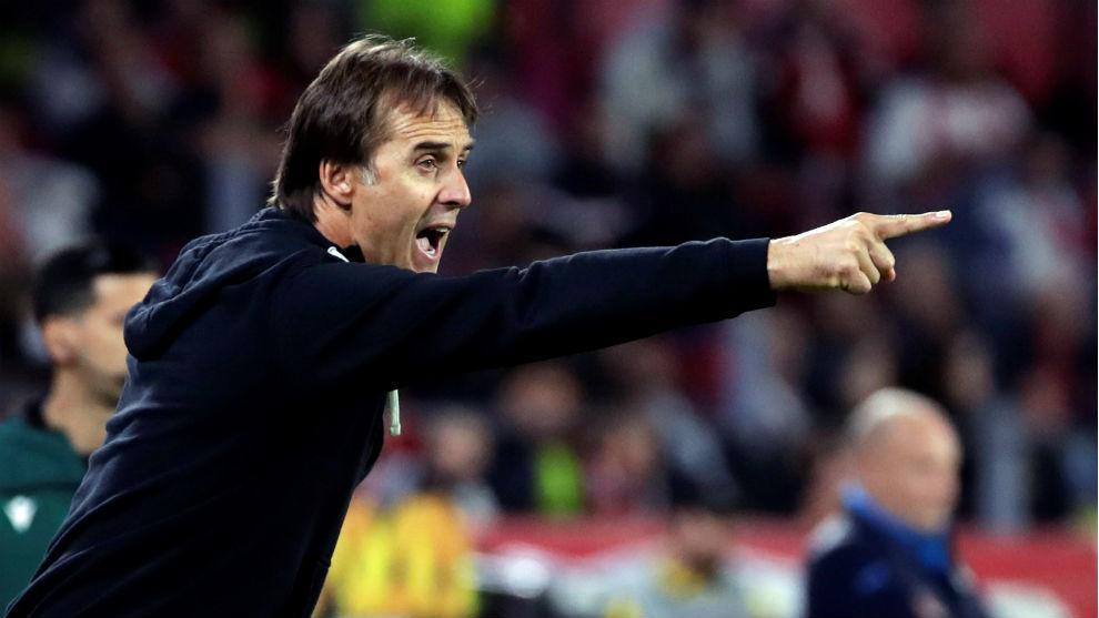 Julen Lopetegui (53), técnico del Sevilla, da instrucciones a sus...