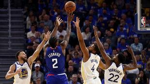 Kawhi Leonard anota ante Curry, Spellman y Robinson