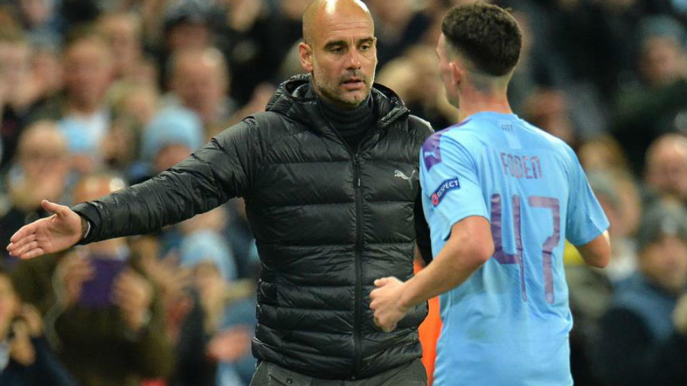 Guardiola da instrucciones a Foden durante un partido.