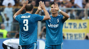 Chiellini y CR7 se saludan en un partido con la Juventus.
