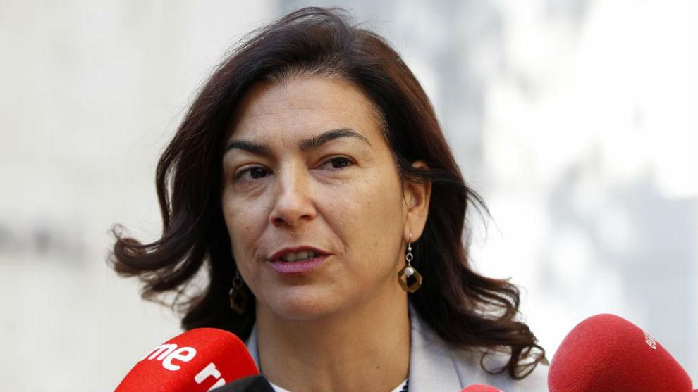 María José Rienda atendiendo a los medios de comunicación.