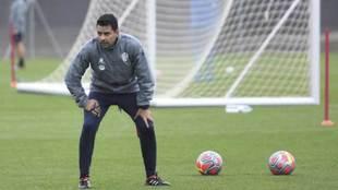 Míchel observa un entrenamiento.
