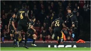 Marcus Edwards celebra su gol contra el Arsenal.