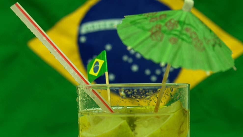 La caipirinha tradicional de Brasil está elaborada con cachaza,...