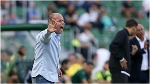 José Alberto da instrucciones a sus jugadores durante el último...