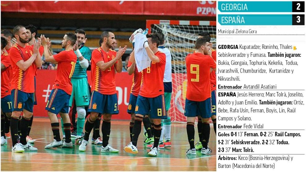 Los jugadores de la selección española celebran la victoria al final...