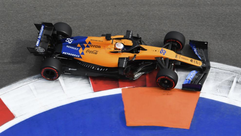 Carlos Sainz, con el McLaren MCL34, en un Gran Premio de esta...