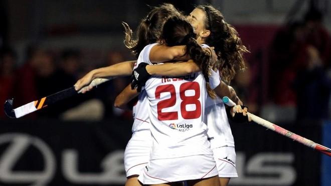 Las jugadoras de la selección española celebran el tanto del empate...