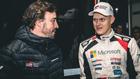 Fernando Alonso habla con Ott Tänak.