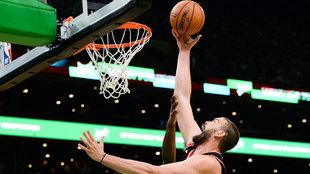 Marc Gasol intenta anotar ante los Celtics
