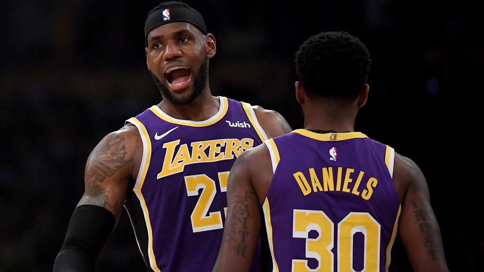 LeBron James celebra una canasta ante los Jazz