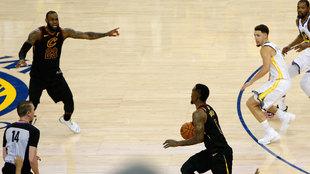 LeBron grita desesperadamente a JR Smith
