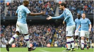 Fernandinho felicita a David Silva por su gol contra el Aston Villa.
