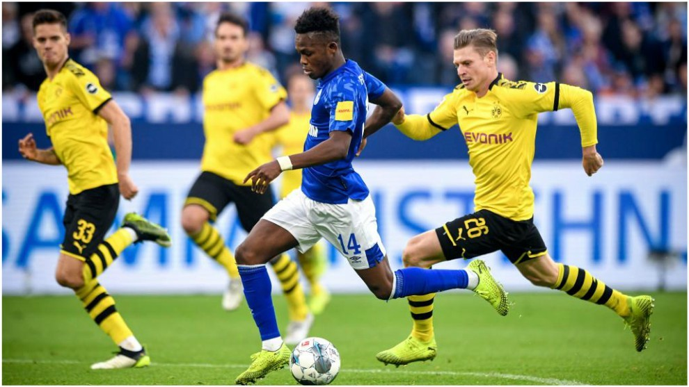 Rabbi Matondo encara la portería del Borussia Dortmund.