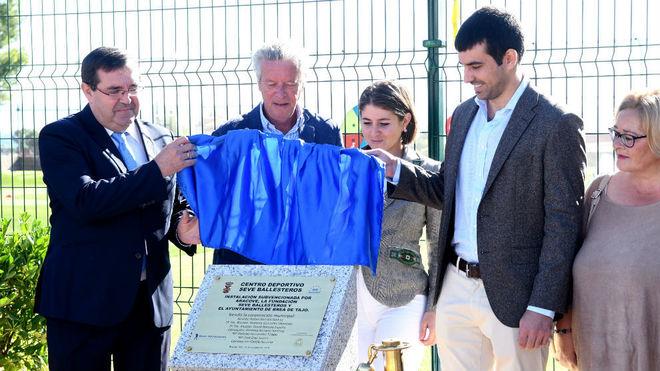Rafael Barcala, alcalde de Brea, y Miguel Ballesteros, hijo de 'Seve',...